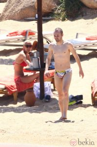 7736_andres-iniesta-con-el-torso-desnudo-junto-a-anna-ortiz